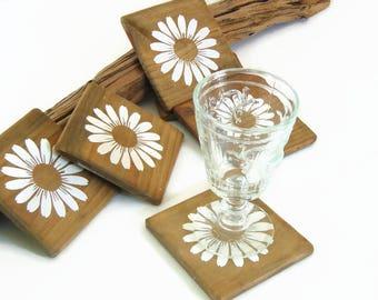 Dessous de verres en bois de style minimaliste avec pochoir marguerite, décoration en bois par Pleasant Home