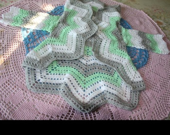 vest rounded tri-color green white and grey round 4-5 years old hand made crochet