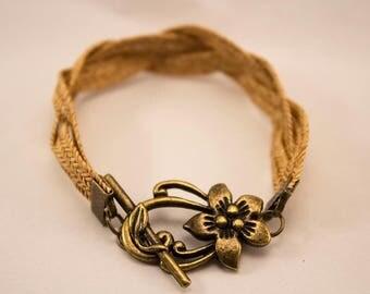Bracelet natural straw and flower color bronze.