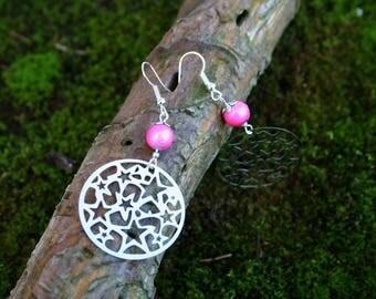 Boucles d'oreille Estampes étoilées et perle de verre rose avec Tréfilé