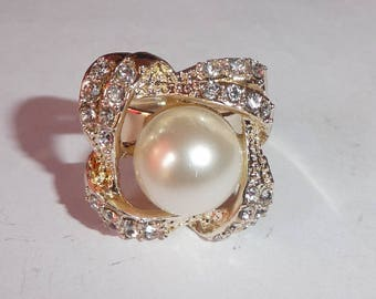 Ring. Faux pearl and rhinestones