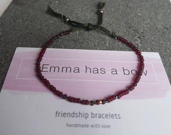 Delicate Freundschaftsbändchen in dark red with olive details