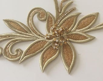 Collar sewing applique embroidered in golden thread slightly raised 31 * 18cm