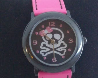 FMD by Fossil ladies vintage hot pink & black skull/crossbones w pink bow. Near perfect condition. Running