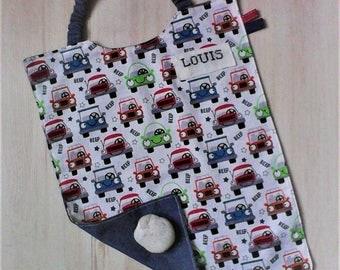 Serviette a élastique,personnalisable,serviette de cantine,garçon ,coton  .tissu representant des petites voitures multicolores.