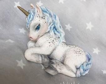 Baby unicorno delle nevi. Pezzo unico reslizzato a mano in fimo