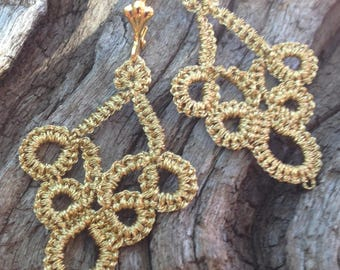 Curly wire metal lace or tatting