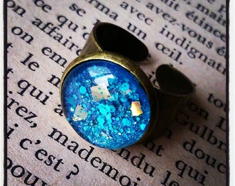 ring cabochon has turquoise and gold glitter on metal bronze