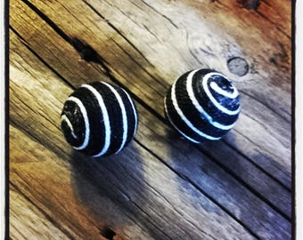 set of 2 beads 18 mm black and white thread