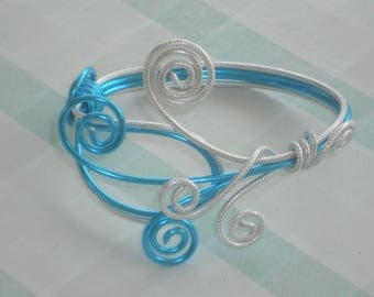 Clementine silver striped and blue aluminium wire bracelet.