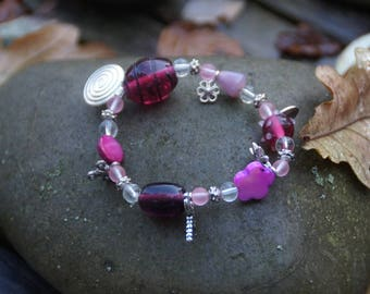 Elastic bracelet with charms in shades of pink