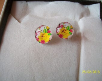 the glass cabochon Stud Earrings yellow flower
