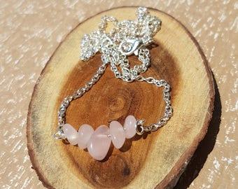 Necklace with semi-precious chips (rose quartz) beads, nickel