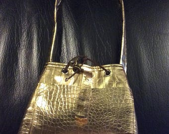 Worn bucket in faux gold leather shoulder bag
