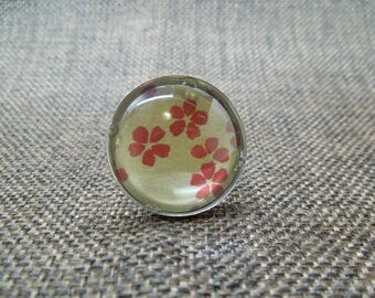 A red flower pattern cabochon ring