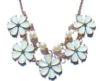 Collier doré résine bleu pastel, strass et perle nacré.
