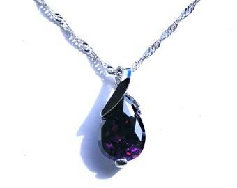 Trés jolie pendentif argenté et cristal goutte violet.