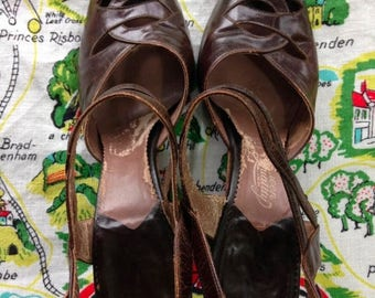 S a l e 1940's brown leather peep toe sandals 5 6 Queen Quality