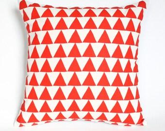 Montagnes du Montana - housse de coussin - décoration rouge vif, motif triangle, coussin bio, oreiller accent, graphique, géométrique, chambre d'enfant