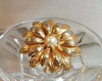 SALE Vintage Gold Pearl Flower Brooch.  Faux Pearl Gold Spring Flower Blossom Pin.