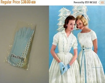 Anniversary Sale 35% Off Easter Whispers - Vintage 1950s NOS Robin Blue Ben Berger Nylon Short Wrist Gloves w/Daisies - 6.5