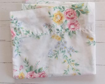 Vintage Pillowcase / Pretty Floral / Vintage Linens / Vintage Bedding