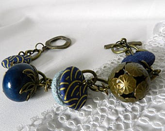 Bracelet in blue fabrics, with metal and ceramic beads, on chains