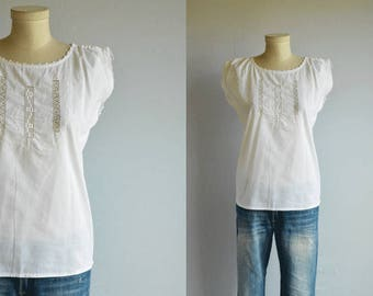 Vintage Peasant Top / 70s White Openwork Crochet Lace Flower Embroidery Summer Sleeveless Blouse