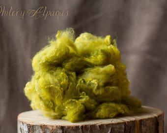 alpaca fleece hand dyed herb green. toison alpaga teint main vert feuille.