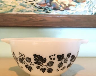Pyrex Black and White Gooseberry Cinderella Nesting Bowl 441