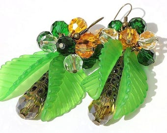 """Earrings in bronze with beads and glass drops adorned with green lucite leaves: """"Garden walk"""""""
