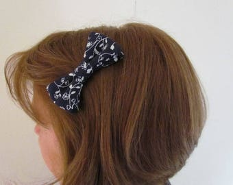 Hair clip bow tie and white pattern flowers