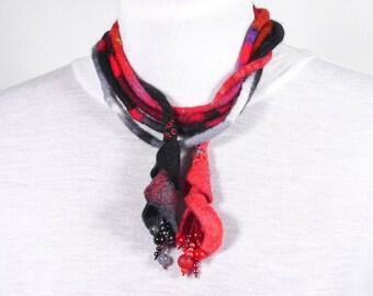 Long-long sautoir-Collier textile-Laine feutrée et perles-Noir-rouge