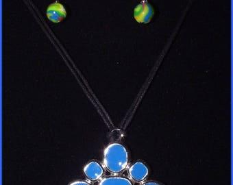 Flower shaped blue dominance necklace on metal frame