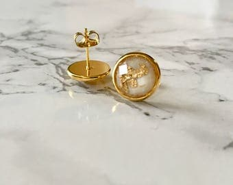 White & gold flakes resin stud earrings