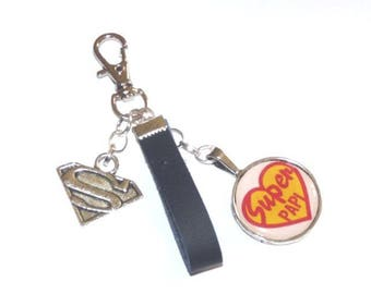Keychain featuring a canochon message SUPER PAPI, hook leather SUPERMAN charm