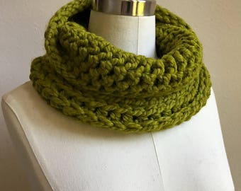 Warm and Soft Crochet Infinity Cowl / Chunky Neck Warmer / Ribbed Crochet Scarf / Lemongrass / Green / Gift For Her