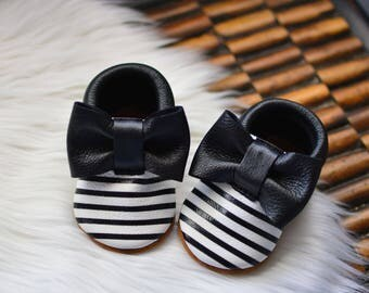 Baby Moccasins Soft Soled Handmade Shoes Black White Stripes Loafers Genuine Leather Fringeless Bow Moccs Girls Newborn