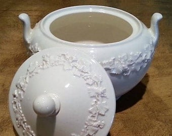 1930 to 1989 Wedgwood Etruria Queens Ware, Covered Wedgwood Sugar Bowl, Embossed Grapevines on Cream, Pattern 3258