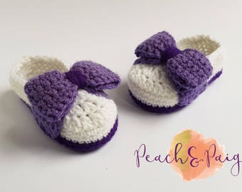 Crochet bow slippers. babyshower gift. photography prop. Infant 3-6 months