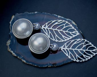 Plugs with a white pearl and filigree leaf pendant (10-22 mm)