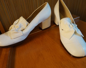 True Vintage 1960s Mod Round Toe Chunky Heels White Leather with Fabric Bow 7 B
