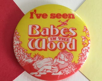 Vintage pinback button - I've seen babes in the wood badge - Retro 1970s/1980s - theatre/play - red and yellow theme