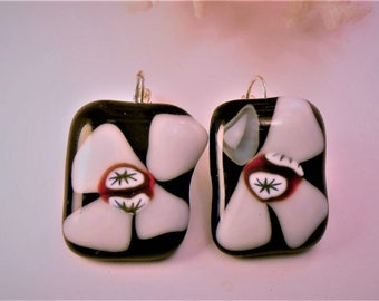 Earrings black and white flowers in glass fusing 2cm