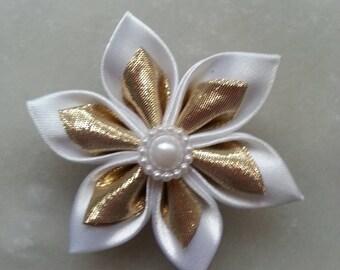 5 cm fleur de satin blanche et dorée /or   petales pointus