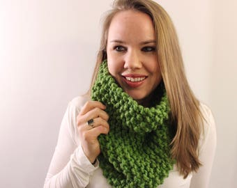 Knitted Cowl in Green {Wool Scarf, Chunky Knit Scarf, Knit Cowl, Green Scarf, Infinity Scarf}