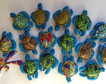 Stock of 15 turtles + 1 dragonfly in padded fabric of synthetic wadding. 8 x 6 cm.
