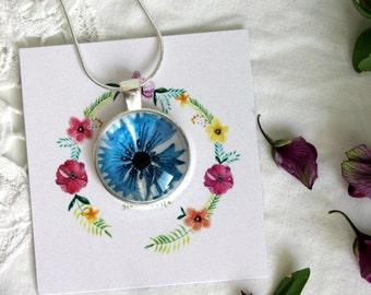 Ciondolo fiordaliso, ciondolo cabochon, ciondolo tondo, ciondolo argentato, ciondolo con fiore, collana, idea regalo, gioielli fioriti