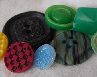 Lot of 8 VINTAGE Mix Plastic BUTTONS