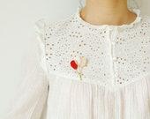 Broche bouquet de ballons en cuir rouge coquelicot or et rose poudré { bijou femme féminin poétique moderne romantique fantaisie enfance }